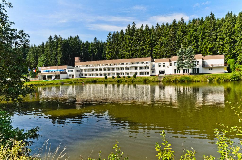 Kongresový hotel Vysočina - pohled přes rybník na hotel LUNA